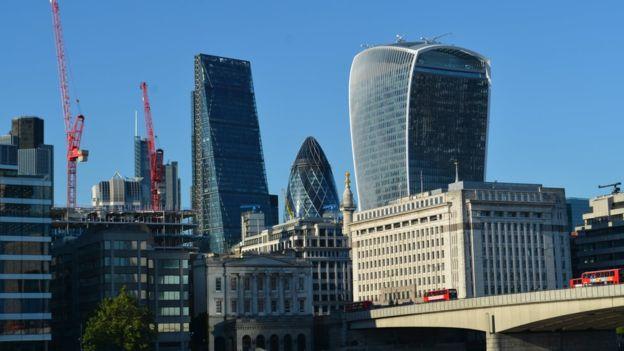 """2017年3月,中国中渝置地以11.5亿英镑购得伦敦地标性建筑外号""""奶酪擦子""""商业大楼(左)。7月份,香港李锦记以13亿英镑购得伦敦地标外号""""对讲机""""商业大楼(右)。"""