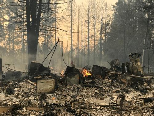Karen早上回到现场,住家已被烧光,宛如战场。(美国《世界日报》)