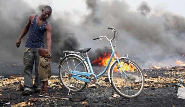 报告偏向一些采矿、工业的化学污染问题,比如图片中的加纳阿博布罗西就是因为贫穷的人们露天处理回收电子垃圾上榜