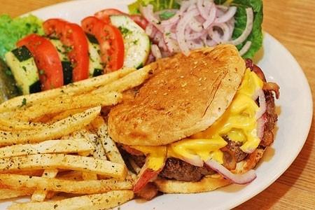 """""""垃圾食品""""常常被等同于""""洋快餐""""。"""