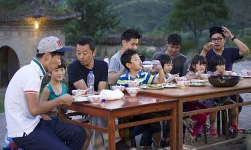 五位爸爸育儿风格迥异,互相学习、取长补短也是种育儿手段(点击图片观看视频)