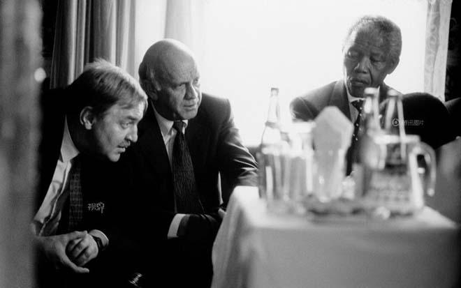 1994年,曼德拉(右)与德克勒克(中)。图片来自腾讯视界。