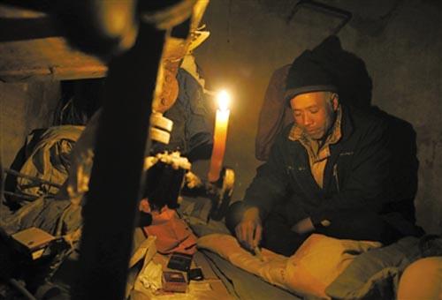 王秀青在井底生活了十年,就是为了省钱供养子女,借钱才交上罚款上户
