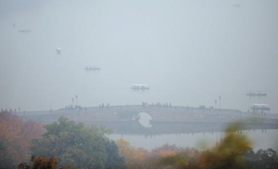 4日拍摄的雾霾笼罩下的杭州西湖断桥