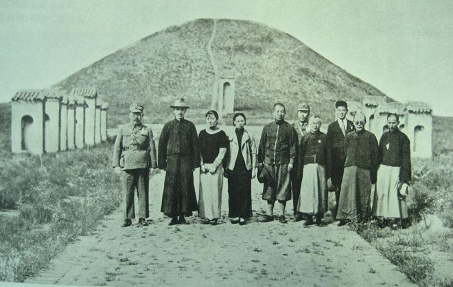 西安事变前,蒋介石(左二)、宋美龄(左三)、张学良(左五)、杨虎城(左六)等合影