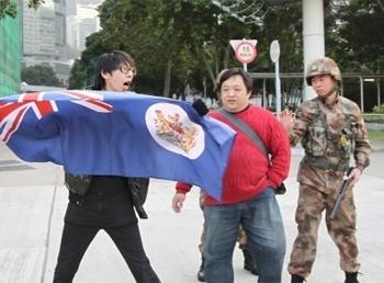 """""""香港人优先""""招显聪在解放军营挥舞港英旗帜"""