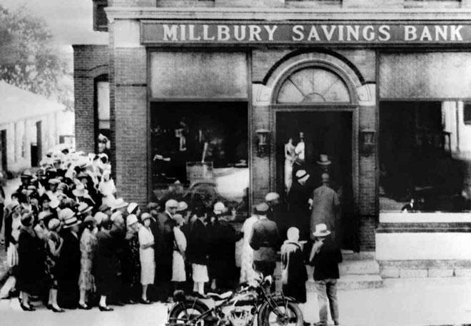 大萧条时期美国民众上街挤兑,导致银行倒闭潮