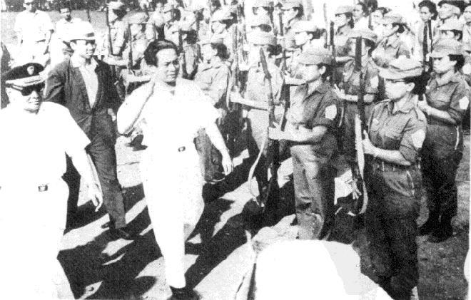 """印尼共主席艾地(左二)在""""九卅事件""""前夕检阅印尼共女志愿军"""