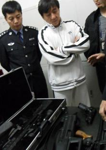 北京刑侦大队带领成龙参观枪械库