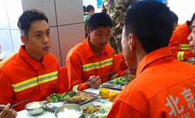 陈伟霆和北京消防官兵一起在食堂用餐