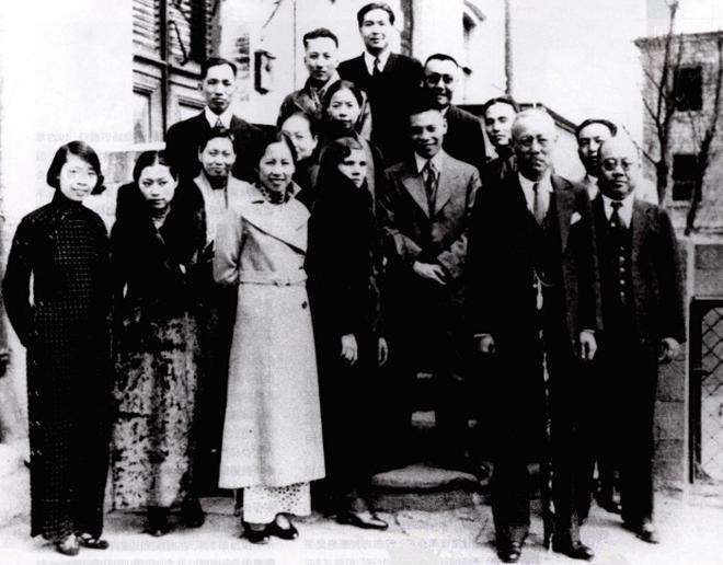 1937年春,蒋经国(二排右三)与妻子蒋方良(一排右三)回国前在中国驻莫斯科大使馆与友人合影