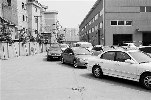 在各地检测点都不难看到等待的车龙。