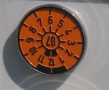 德国的年检标识是一个固定在车上的徽章。