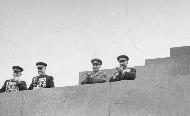 1947年五一节,斯大林(右二)在莫斯科红场观礼台观看游行