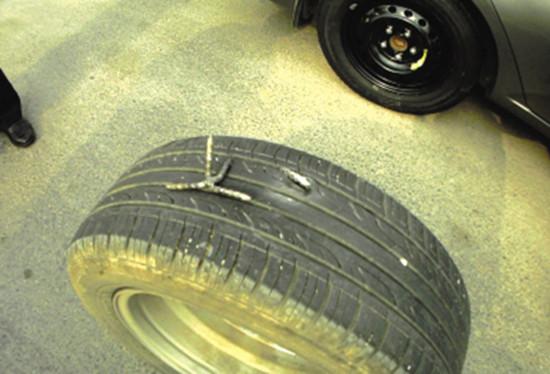 杨、李二人就是用这种钉子扎别人的车胎赚补胎费