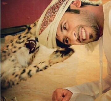 照片中这位中东富豪养了许多猛兽,并上传到社交网络