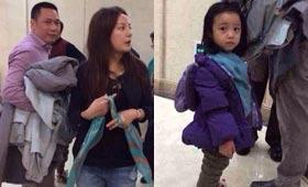 年初二,赵薇领着老公和女儿回到娘家过年