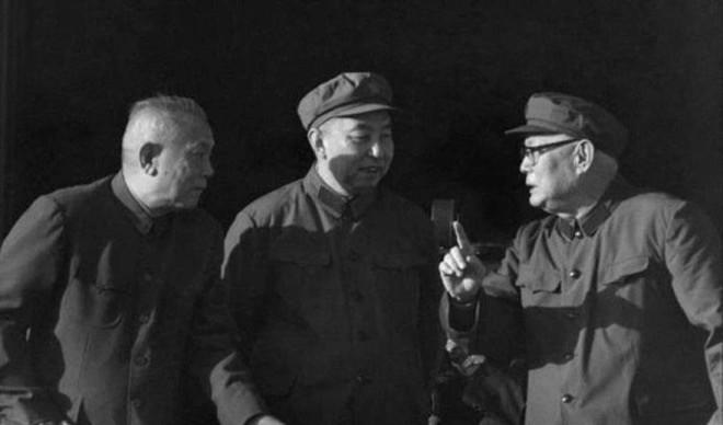 """1976年10月,庆祝粉碎""""四人帮""""大会上,叶剑英与华国锋、李先念交谈"""