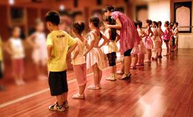 在培训班里,表演和主持的课程最受欢迎