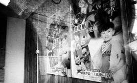 拍过戏孩子的照片和海报一起摆在显眼位置