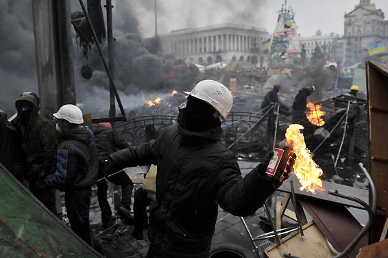 示威者在基辅广场投掷燃烧瓶