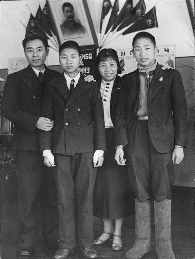 1940年,周恩来夫妇在苏联与毛岸英(右一)等合影