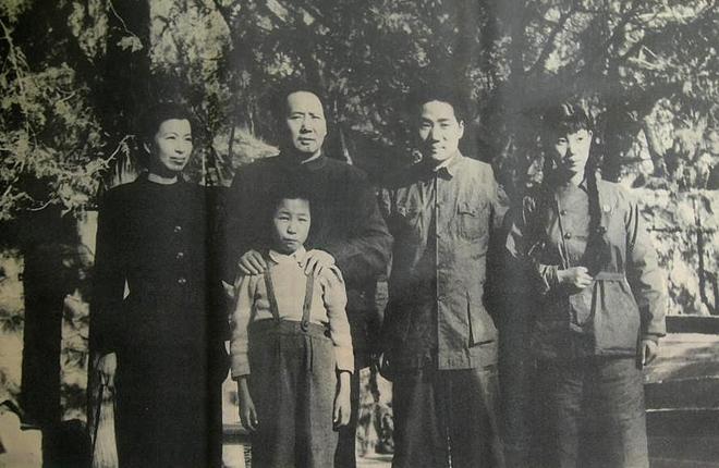 1949年,毛泽东与江青、毛岸英、刘松林、李讷在香山合影