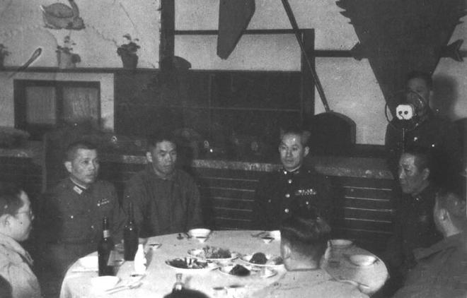1946年双十节,孙立人(右三)与部署在长春励志社会餐