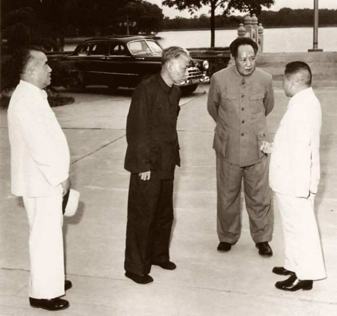 1957年,毛泽东与朱德、刘少奇、邓小平在中南海丰泽园