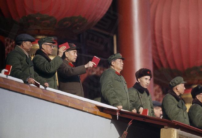 文革初期,毛泽东在天安门城楼接见红卫兵。自左至右:陶铸、康生、周恩来、毛泽东、林彪、刘少奇