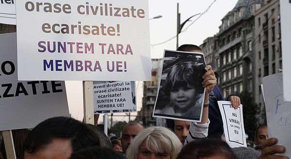 罗马尼亚,一个男孩被狗咬死,人们游行示威要求管束流浪狗,不过通过的法案也是对流浪狗安乐死