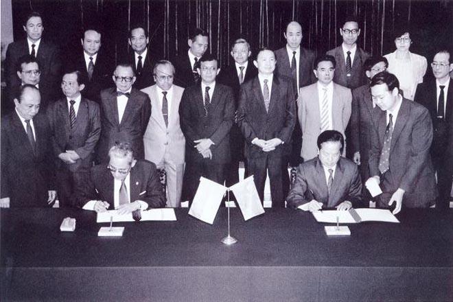 1990年7月3日外交部长钱其琛和印度尼西亚外交部长阿里・阿拉塔斯在北京签署两国政府关于恢复外交关系的公报