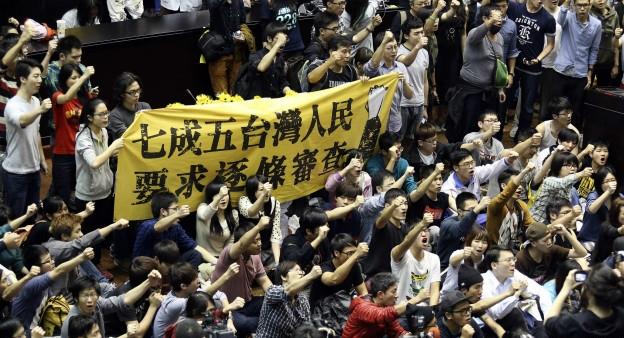 民调显示,超过7成的台湾民众倾向于逐条审查《服贸协议》