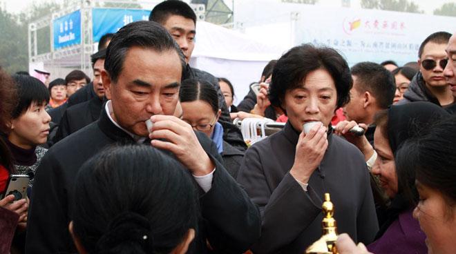 外交部长王毅和夫人钱韦在北京朝阳公园义卖活动现场