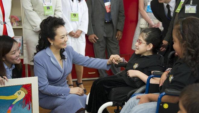 彭丽媛参观哥斯达黎加儿童医院