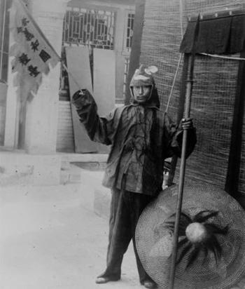 """1900年,装扮成""""义和团团民""""供洋人摆拍的中国百姓"""