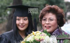 读了10年大学后,金喜善终于毕业了