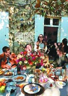 赵薇在自家的法国酒庄招待朋友