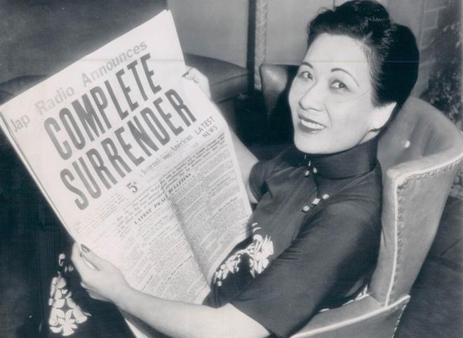 1945,宋美龄阅读日本投降的报道