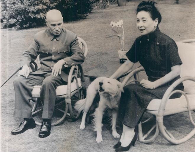 1962年,蒋介石与宋美龄在台湾