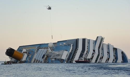 """2012年1月13日,意大利游轮""""科斯塔・康科迪亚""""号发生触礁事件"""