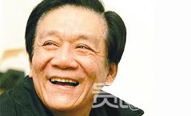 已故相声大师侯耀文57岁时割了双眼皮
