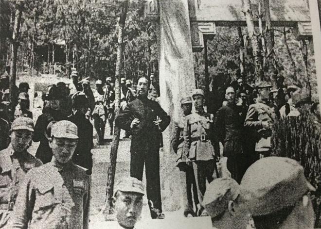 抗战期间,戴笠(中)到前线视察防务