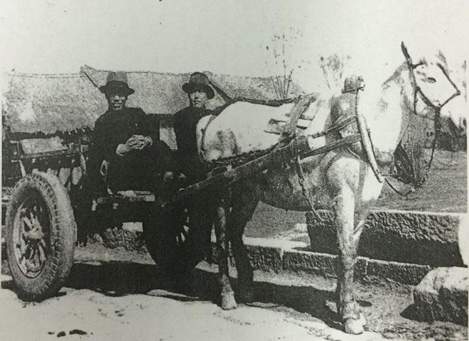 戴笠(左)同随员乘坐马车深入华北乡村视察指导情报工作