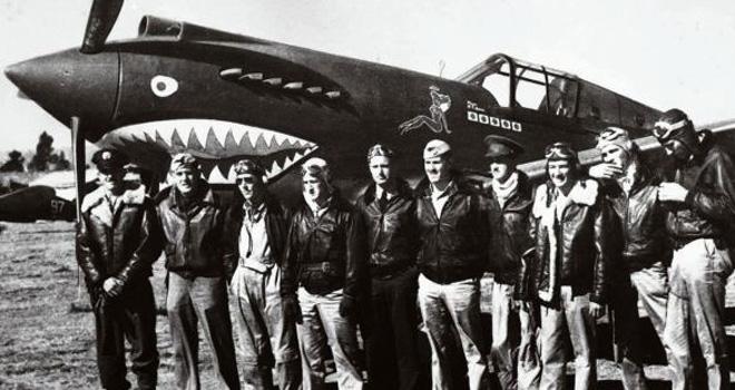 1942年3月,美国飞虎队员在昆明机场P-40战斗机前合影。飞虎队中的一部分飞机即是通过《租借法案》获得。