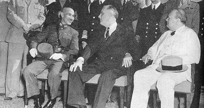 1943年,蒋介石与罗斯福、丘吉尔在开罗会议上。此时中美已结成同盟,但美国对华援助也还是很有限的。