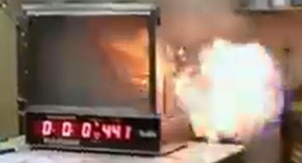 实验室模拟重复的室内火灾发生的回燃现象,当可燃气体遇上门外进来的氧气时,形成的火球会冲往门外