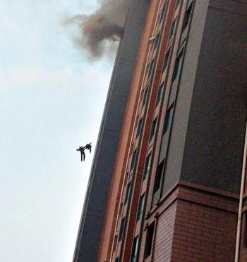 两位90后消防员被气流推出电梯间窗外坠落