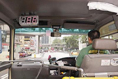 在新加坡和香港,会在一些汽车上安装限速检测器(左上为限速器显示屏),以此限制车速