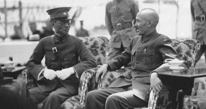 1936年6月27日,蒋介石与龙云在南京会面。龙云长期割据云南,不服从中央政令